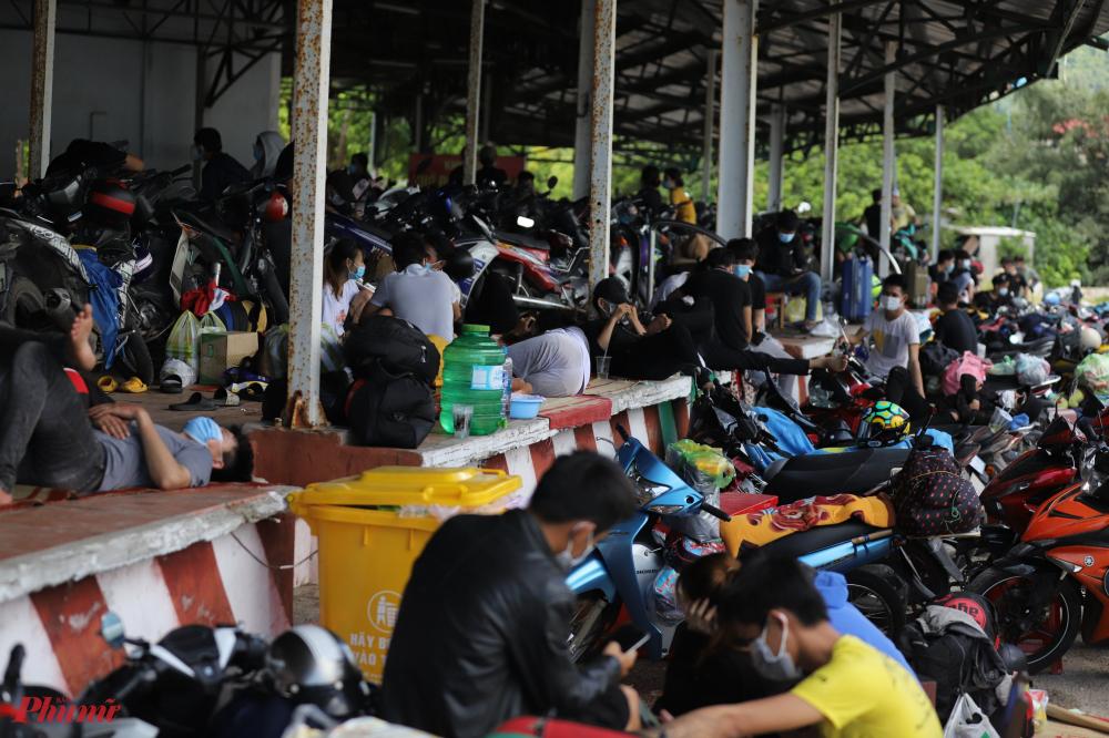 nhiều người lớn và trẻ em mệt mỏi sau hành trình hơn 1.000 km nên cảnh tượng nhiều người nằm ngủ thiếp trên sàn nhà chờ vẫn tiếp tục diễn ra như những ngày trước đó