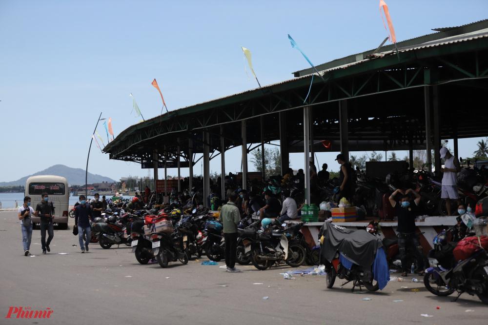 Trở lại chốt kiểm soát y tế ở số 4 tại thị trấn Lăng Cô trong ngày 1/8 chúng tôi nhận thấy từng đoàn người đi xe máy vẫn tiếp tục tập trung thành từng nhóm bên vệ đường chờ đăng ký đến lượt kê khai Y tế để tiếp tục hành trình trở lại quê hương