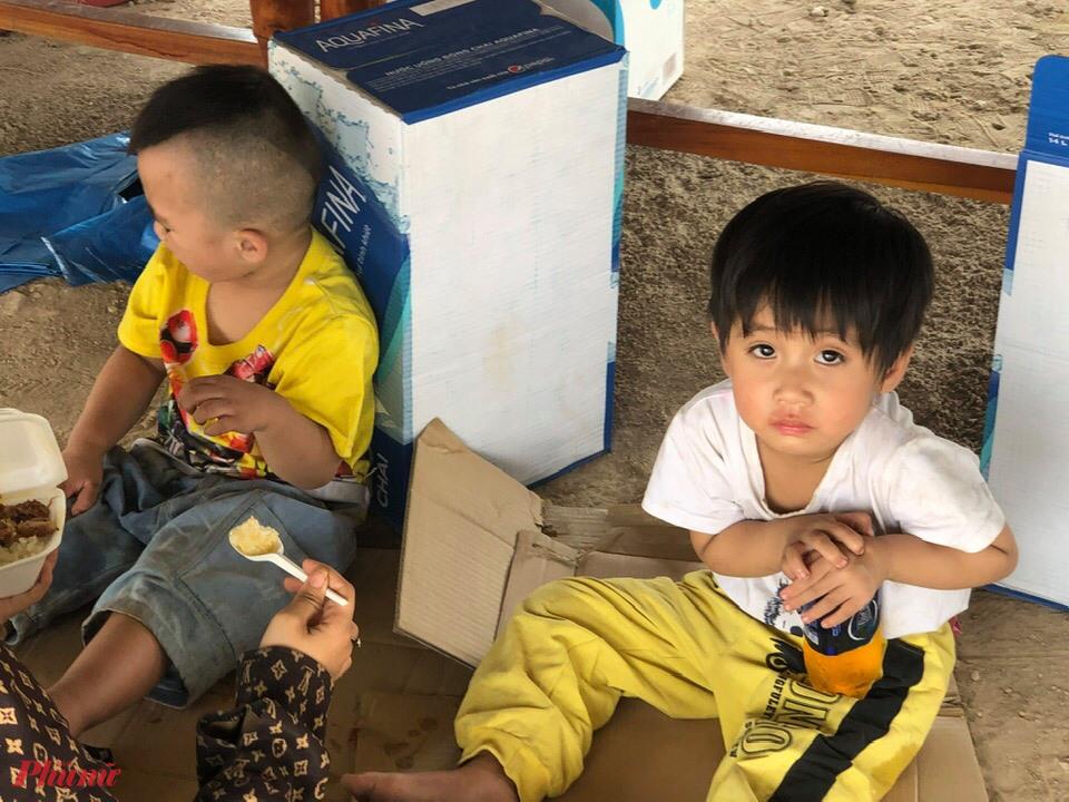 Các cháu nhỏ cũng được tiếp tế thêm thức ăn, sữa để tiếp tục một hành trình dài để về quê tránh dịch cùng bố mẹ