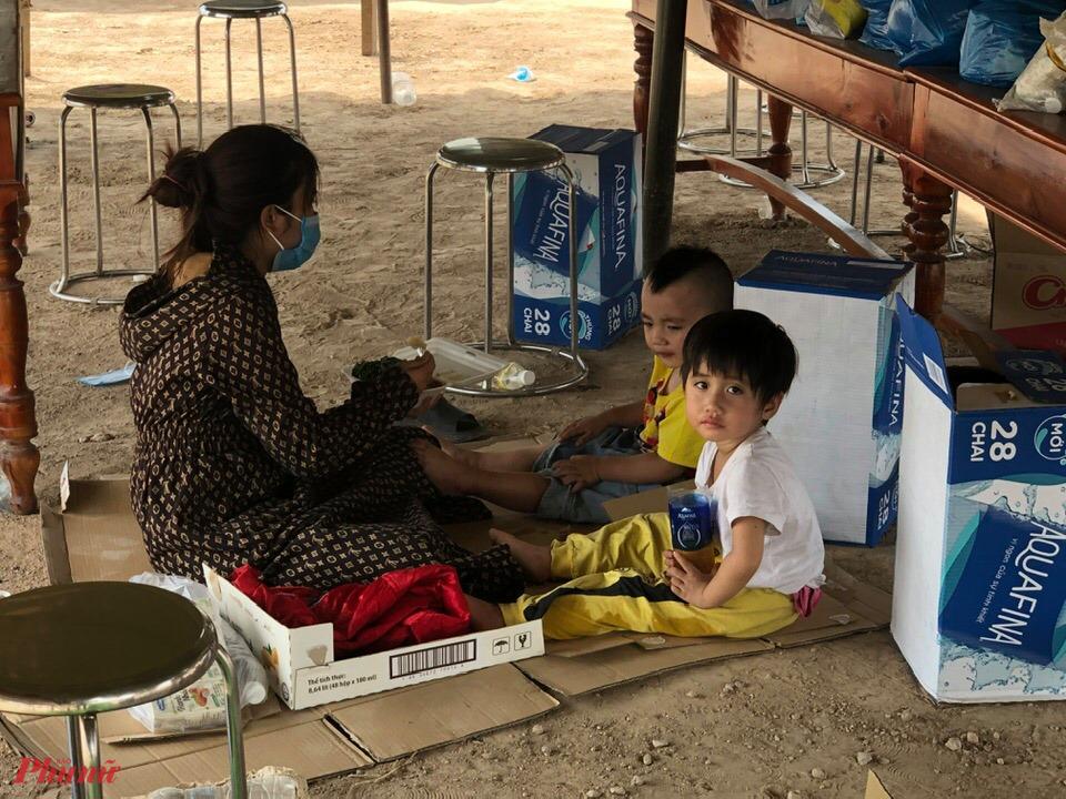 Nhiều cháu bé cũng theo mẹ vượt nghìn Km về quê nhà để tránh dịch