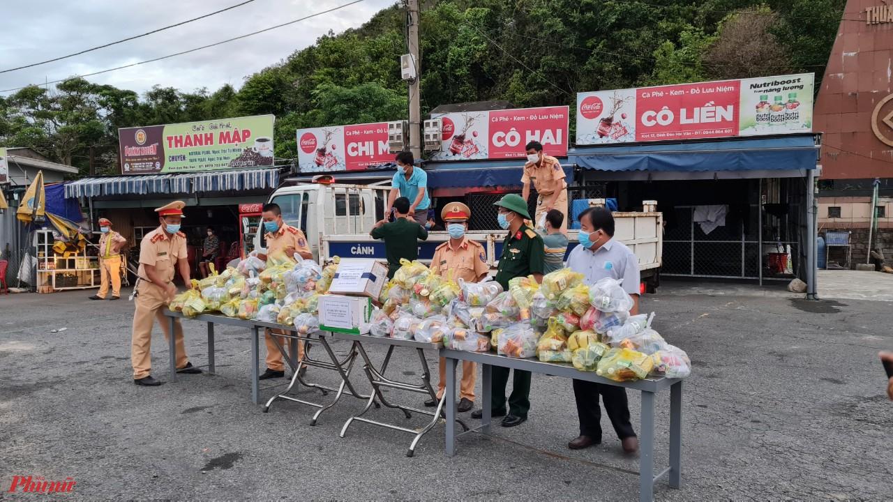 Do thấu hiểu nỗi khó khăn vất vả của những người lao động nghèo trên hành trình xa quê, những ngày nay, nhiều địa phương ở miền Trung như Thừa Thiên Huế, Quảng Trị, Quảng Bình đã lập chốt tiếp sức dã chiến để tiếp lương thực, thức ăn và tặng xăng miễn phí giúp bà con lên đường