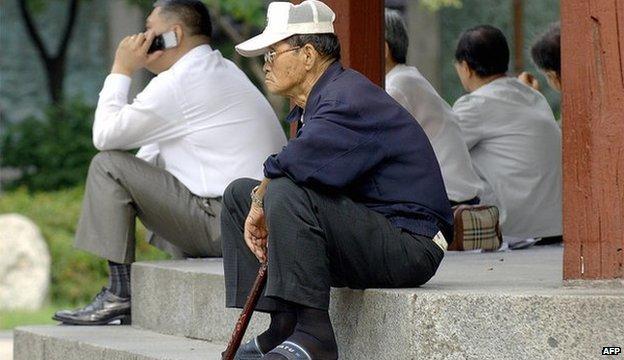 Thống kê chính thức của Hàn Quốc cho biết số người cao tuổi sống một mình ở nước này tăng vọt 36% trong vòng 5 năm - Ảnh: AFP