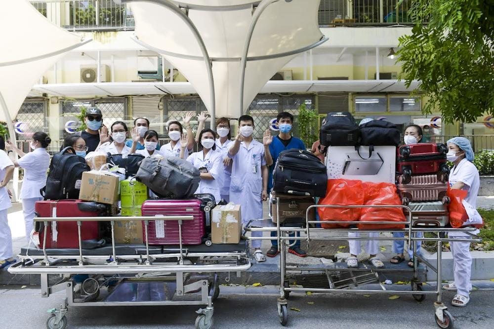 Trưa 2/8, tại bệnh viện Bạch Mai (Hà Nội) gần 200 y, bác sĩ đã chuẩn bị xong tư trang, hành lý cùng với tinh thần quyết thắng để chuẩn bị lên chuyến bay 'chi viện' vào các tỉnh miền Nam chống dịch.