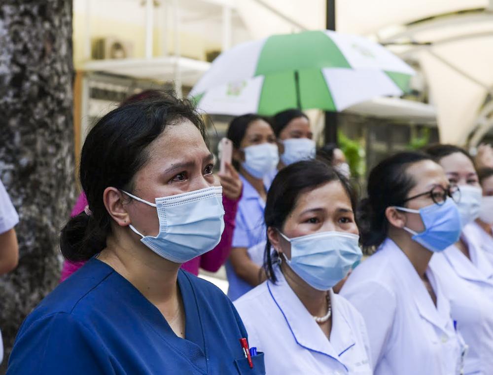 Cảm xúc nghẹn ngào của các y, bác sĩ  trước giây phút chia tay khi chia tay người thân, đồng nghiệp để đi thực hiện nghĩa vụ cao cả.