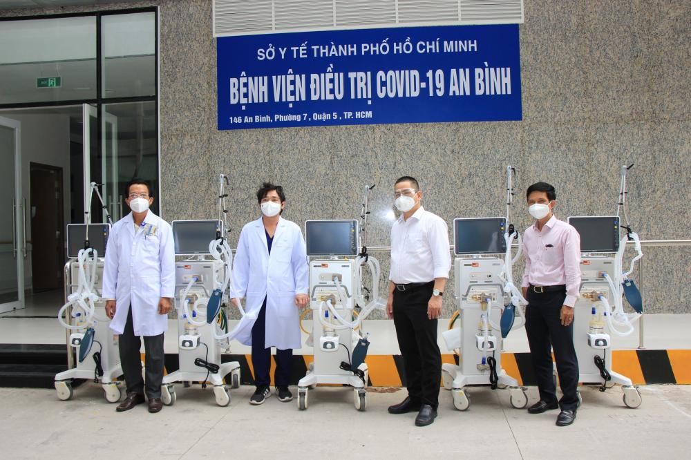 Bệnh viên An Sinh tiếp nhận 5 máy thở chức năng cao. Ảnh Hoàng Anh.