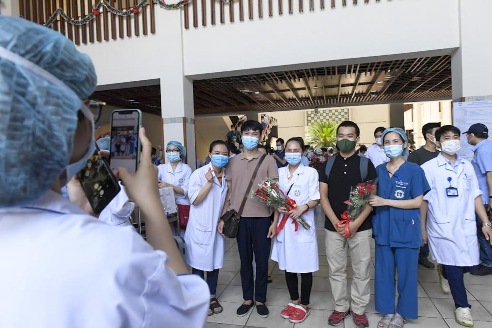 Các y, bác sĩ chụp ảnh trước khi lên đường vào miền Nam chống dịch.