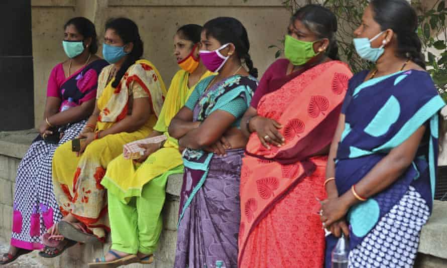 Nhiều nữ lao động giúp việc nhà ở Ấn Độ đã mất việc làm sau khi đại dịch COVID-19 bùng phát - Ảnh: Aijaz Rahi/AP