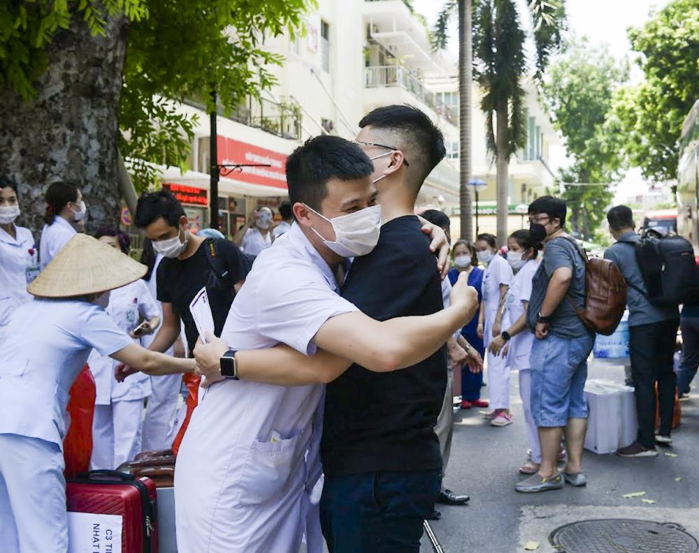 Phút chia tay của các y bác sỹ Bệnh viện Bạch Mai chi viện cho TP Hồ Chí Minh với người thân và đồng nghiệp.