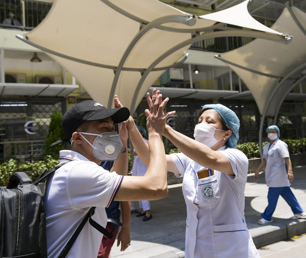 Các y, bác sĩ thể hiện quyết tâm chiến thắng dịch bệnh trước khi lên đường