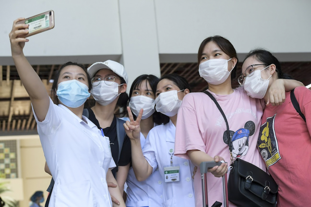 Các y, bác sĩ chụp ảnh trước khi lên đường vào miền Nam chống dịch
