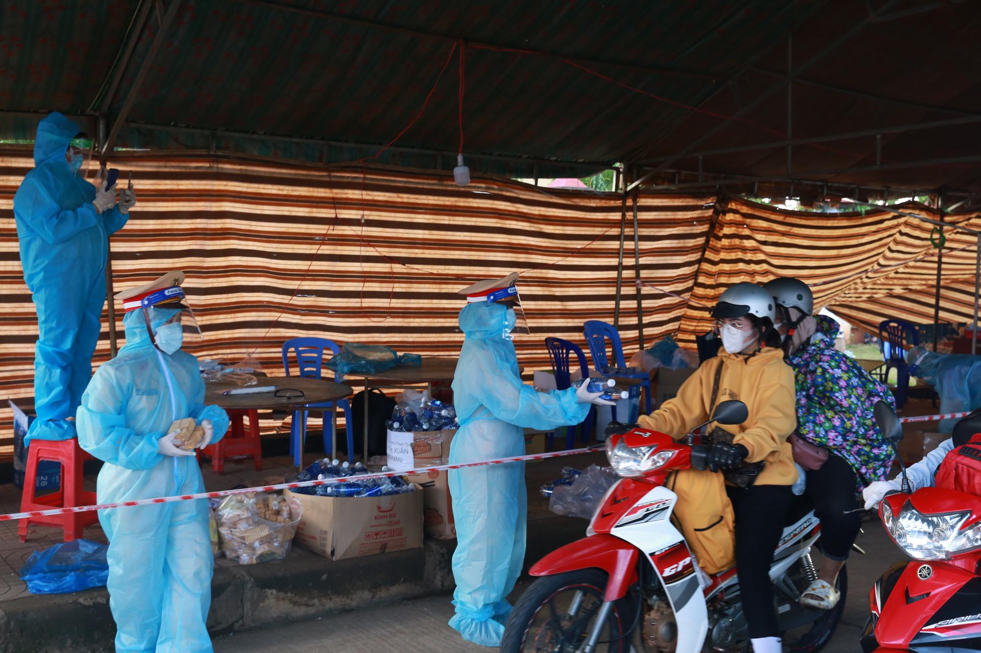 Lực lượng tại chốt kiểm soát dịch của tỉnh Đắk Nông căng mình làm việc