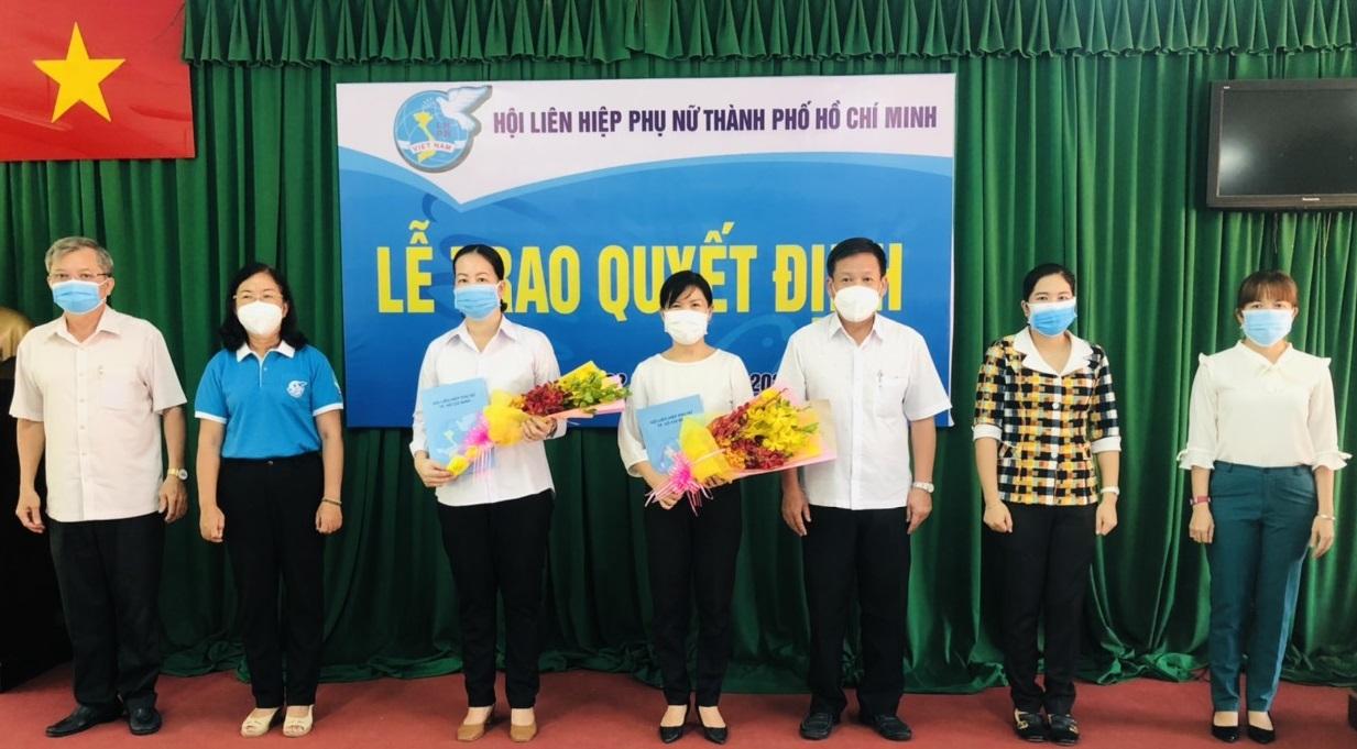 Bà Đỗ Thị Chánh – Phó Chủ tịch Hội LHPN TPHCM và lãnh đạo huyện Củ Chi chúc mừng Hội LHPN huyện Củ Chi có Tân Chủ tịch và Phó Chủ tịch mới.
