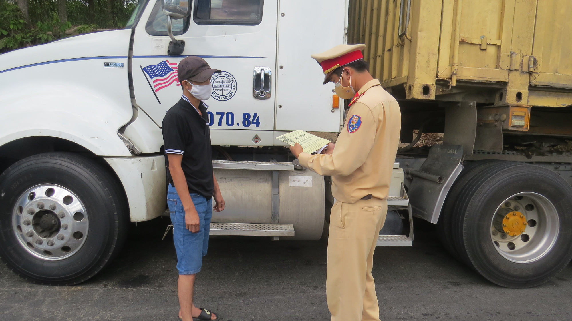 CSGT Phú Yên kiểm tra quét mã xe tải luồng xanh