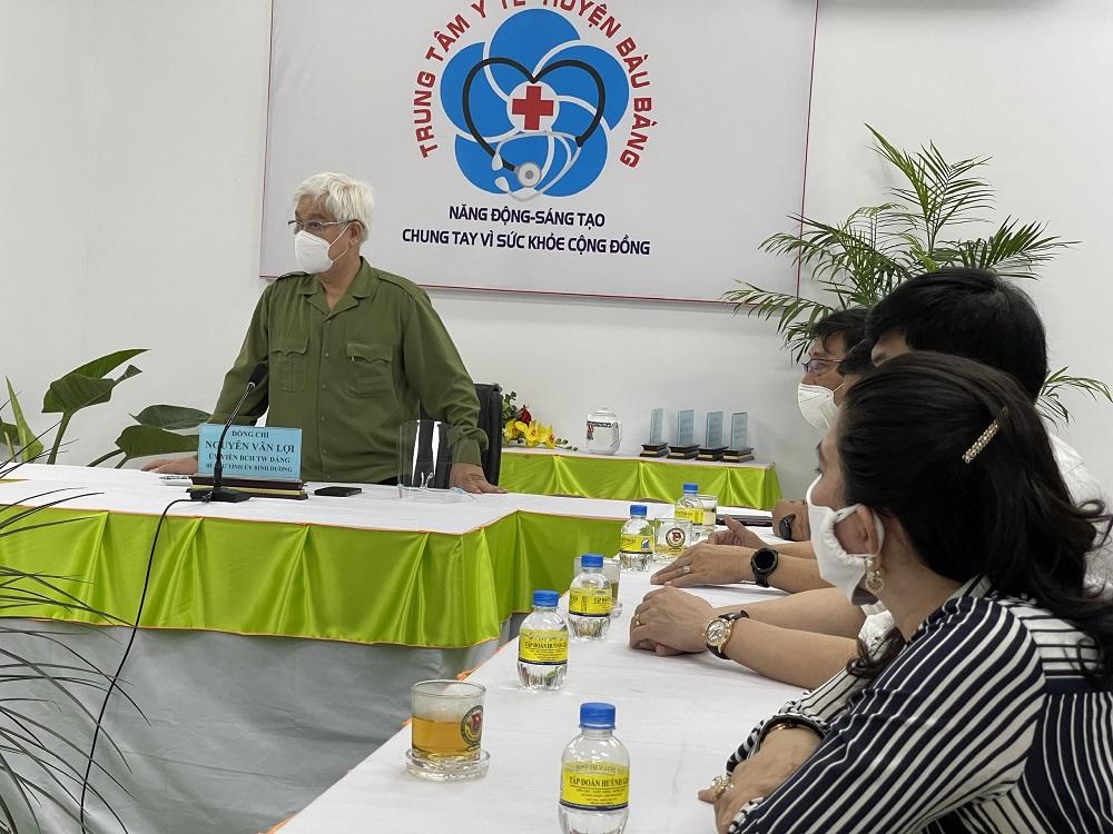 Bí thư Tỉnh ủy Bình Dương ông Nguyễn Văn Lợi khen ngợi sự đóng góp có ý nghĩa của Tập đoàn địa ốc Kim Oanh - Ảnh: Đức Liên