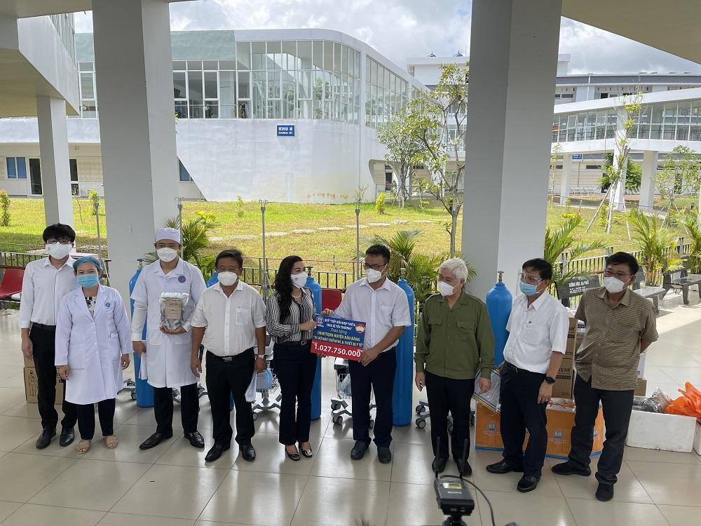 10 hệ thống máy trợ thở được trao tặng hai huyện Bàu Bàng và Dầu Tiếng - Ảnh: Đức Liên