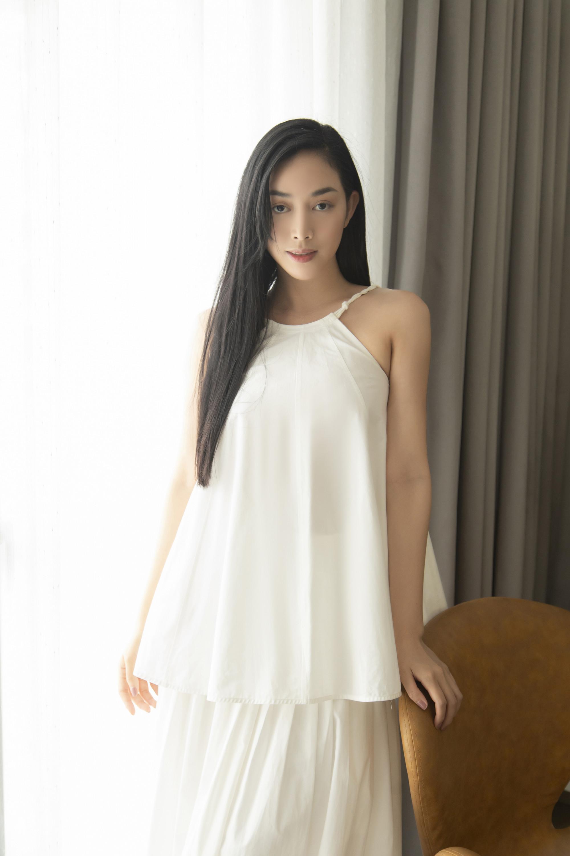 Nữ diễn viên trông ngọt ngào, thanh thoát với trang phục màu trắng tinh khôi, kết hợp giữa chân váy và áo.