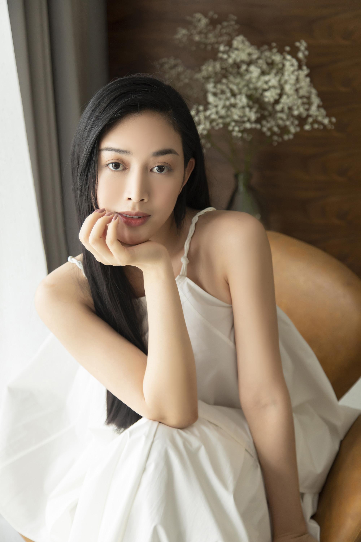 Mai Thanh Hà cho biết cô thích áo cổ yếm vì giúp khoe được phần lưng và xương quai xanh gợi cảm.