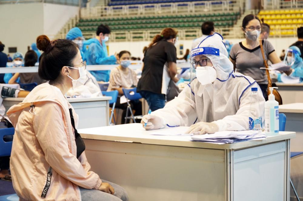 Người dân được khám sàng lọc để tiêm vắc-xin COVID-19 tại TPHCM (Ảnh: Tam Nguyên)