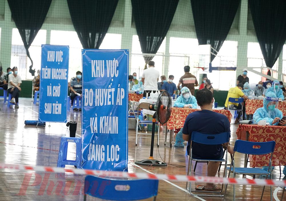 Người dân tiêm chủng tại điểm tiêm Nhà thi đấu Lãnh Binh Thăng, quận 11.