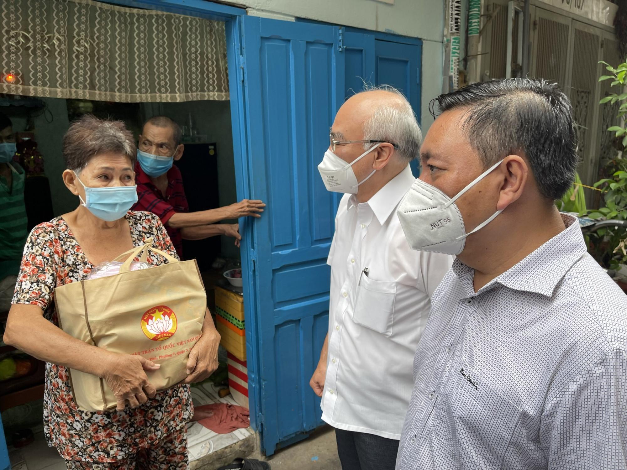 """Ông Phan Nguyễn Như Khuê và Bí thư Quận ủy Quận 3 Phạm Thành Kiên thăm hỏi bà con bị ảnh hưởng bởi dịch bệnh COVID-19 trong """"vùng xanh"""" tại Q.3, TPHCM"""