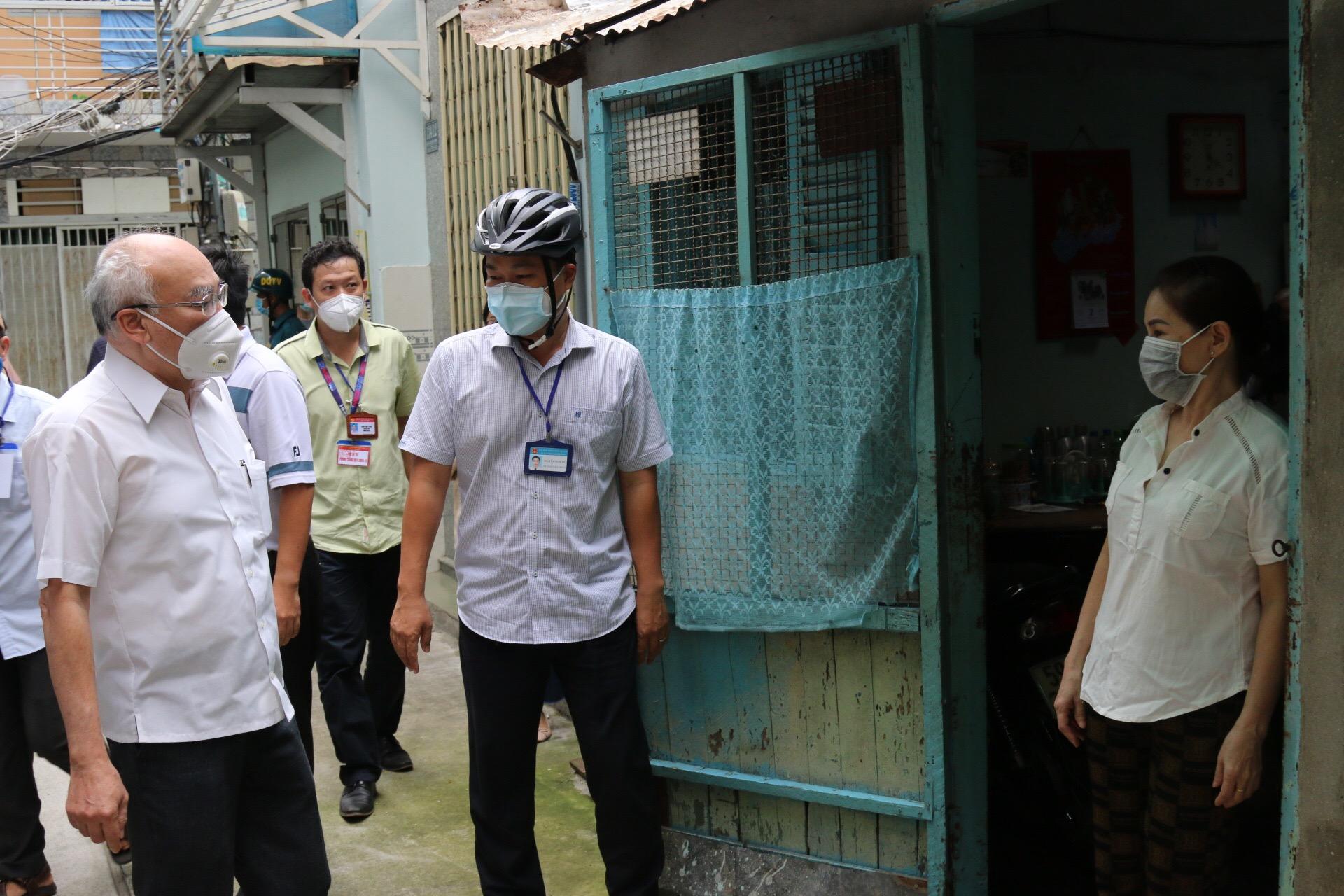 Ông Phan Nguyễn Như Khuê và Chủ tịch UBND P.4, Q.3 Nguyễn Ngọc Đức thăm hỏi bà con bị ảnh hưởng bởi dịch bệnh COVID-19