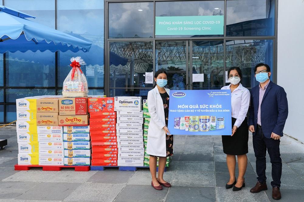 Song song với việc hỗ trợ người tiêu dùng, Vinamilk đã thực hiện nhiều chương trình vì cộng đồng như tiếp sức tuyến đầu tại 50 bệnh viện, tặng 45.000 phần quà cho người dân gặp khó khăn… - Ảnh: Vinamilk