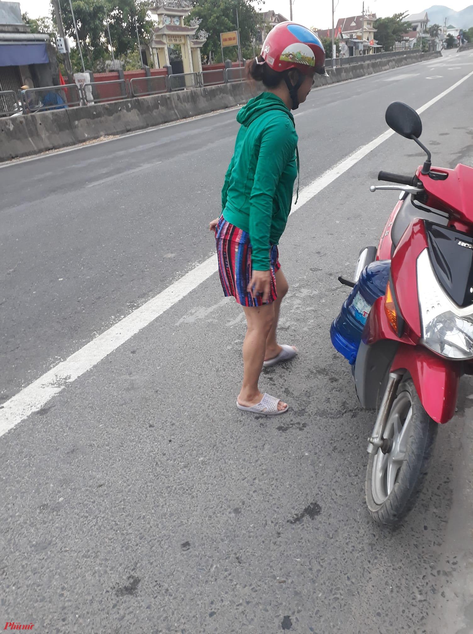Trong ngày 2/8 nhiều bà con ở xã Lộc Tiến phải đi mua nước  về dùng
