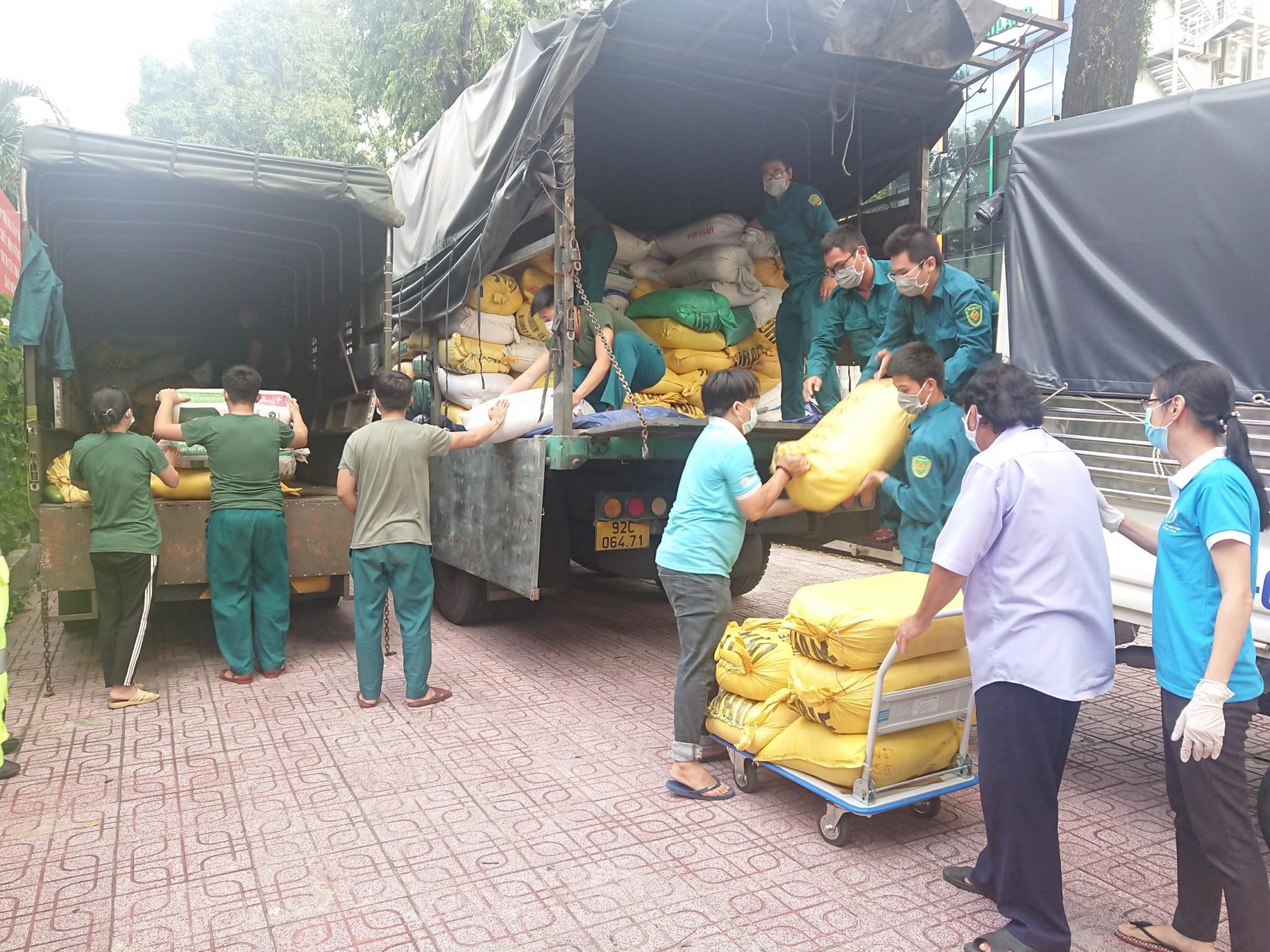 Toàn bộ chuyến hàng nhanh chóng được phân bổ về các đơn vị để trao trực tiếp cho các bếp ăn, lực lượng phòng chống dịch và người dân khó khăn ở accs khu phong tỏa