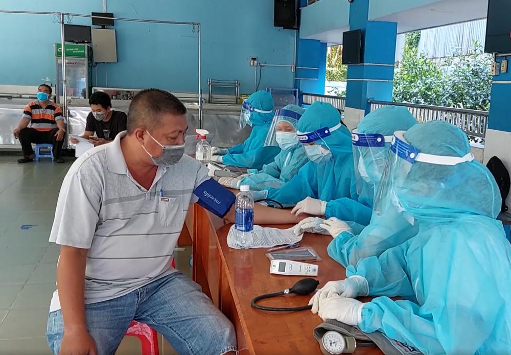 quận Tân Phú có thể nghiên cứu triển khai việc tiêm vaccine cho người dân sau 18 giờ. Trong quá trình triển khai tiêm vaccine phải đảm bảo an toàn, thực hiện tốt các quy định về phòng chống dịch Covid-19.