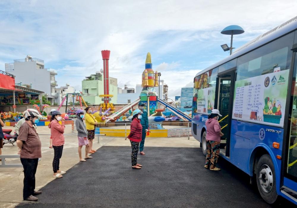 """""""Food Bus"""" đến đường Chiến Lược, P.Bình Trị Đông để phục vụ người dân trong mùa dịch"""