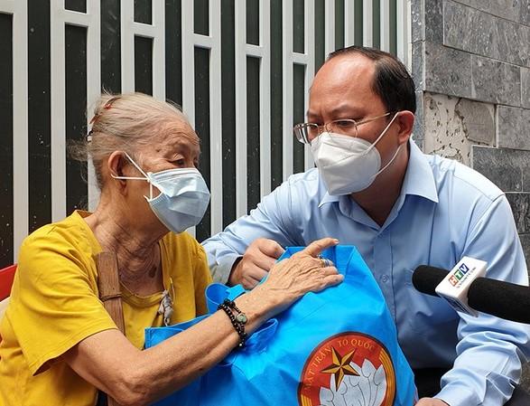Phó Bí thư Thành ủy TPHCM Nguyễn Hồ Hải tặng quà bà con có hoàn cảnh khó khăn tại vùng xanh trên địa bàn quận Tân Bình.