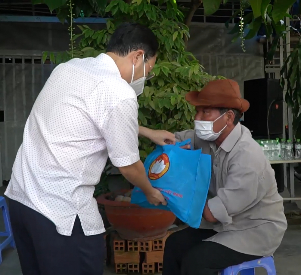 Bí thư Thành ủy Thủ Đức Nguyễn Văn Hiếu trao quà và động viên người dân cùng TP vượt khó chống dịch.