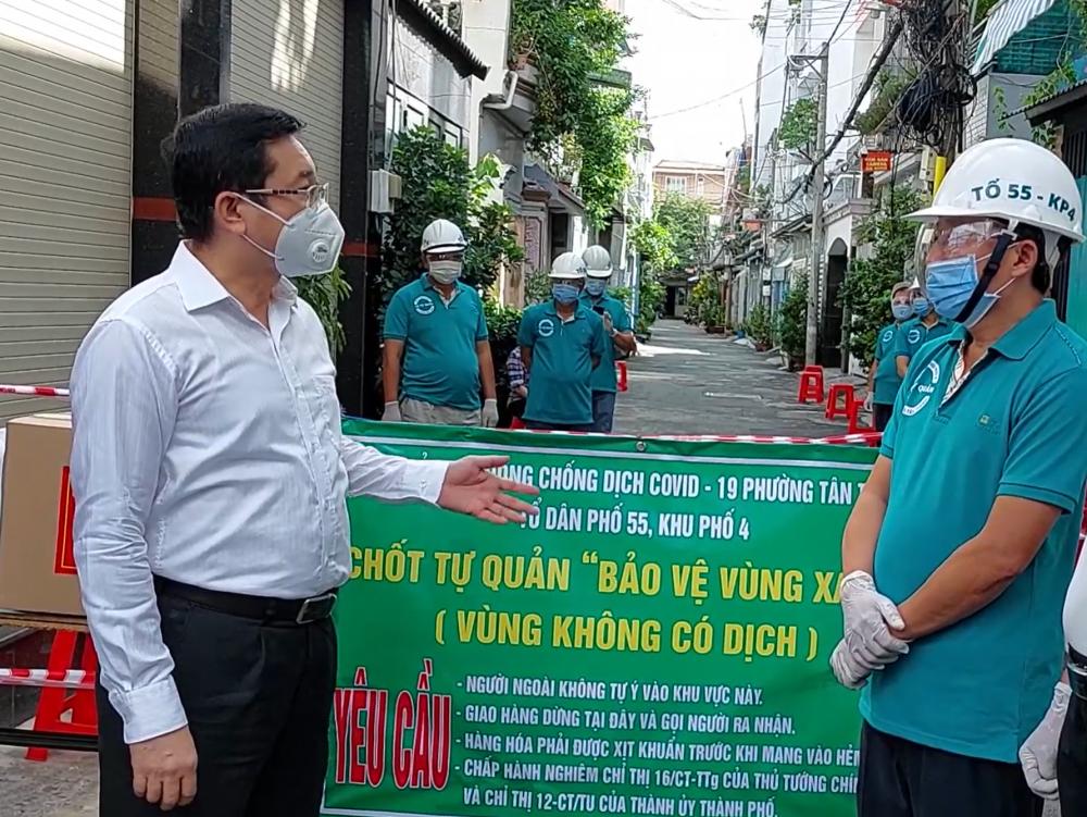 Chủ nhiệm Ủy ban Kiểm tra Thành ủy TPHCM Dương Ngọc Hải động viên các lực lượng bảo vệ vùng xanh ở quận Tân Phú.