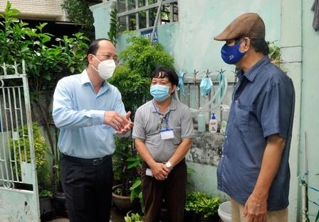 Phó Bí thư Thành ủy TPHCM Nguyễn Hồ Hải động viên người dân quân Tân Bình cùng TP vượt khó trong giai đoạn phòng, chống dịch COVID-19 hiện nay.