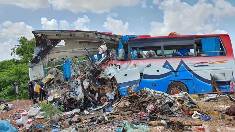 Chiếc xe buýt chở khách bị dập nát sau vụ tai nạn.