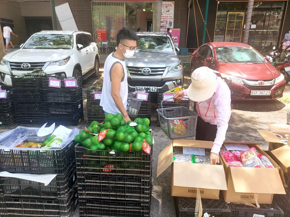 """Người dân ở chung cư Ehome 3 lựa mua thực phẩm tươi sống ở """"siêu thị dã chiến"""" mọc lên ngay trước cửa nhà"""