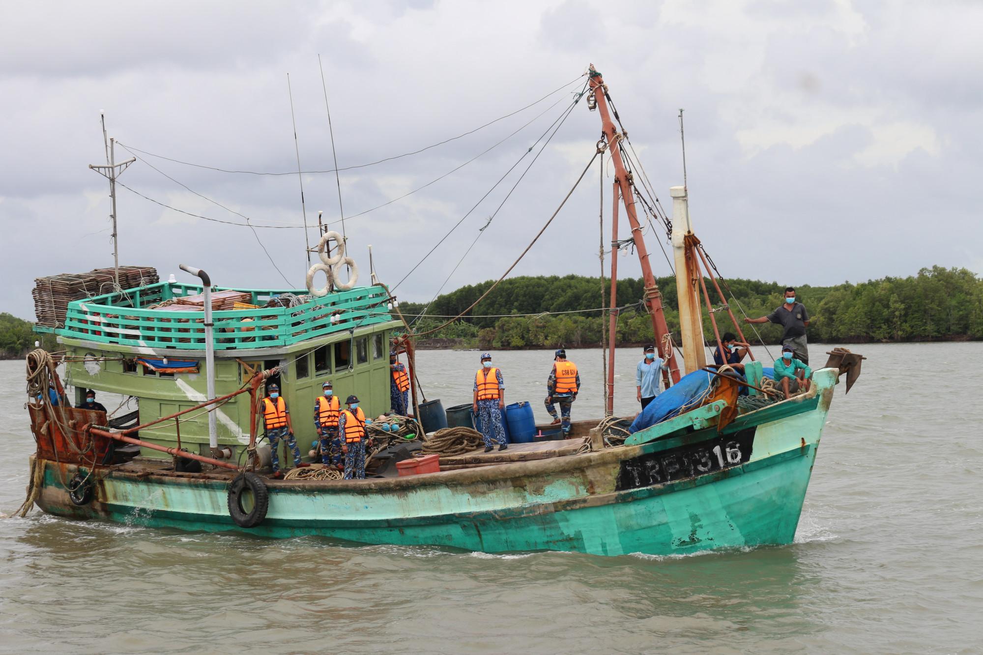 Lực lượng chức năng dẫn giải tàu cá về bờ để tiếp tục điều tra, xử lý