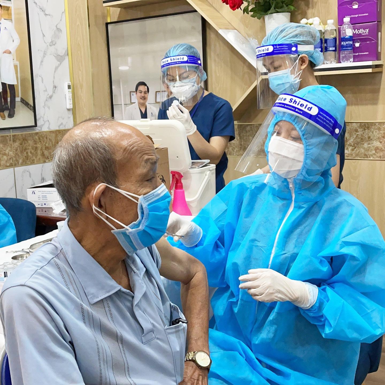 Một cụ già được tiêm chủng tại bệnh viện - Ảnh: Gangwhoo