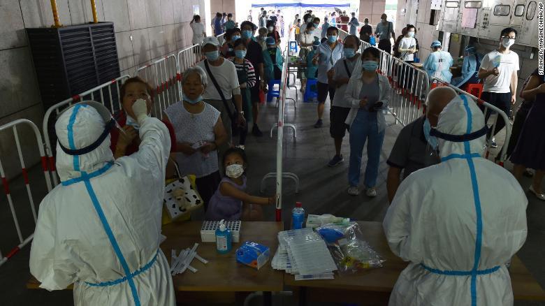 Người dân xếp hàng dài để xét nghiệm COVID-19 tại Nam Kinh, ngày 2/8.