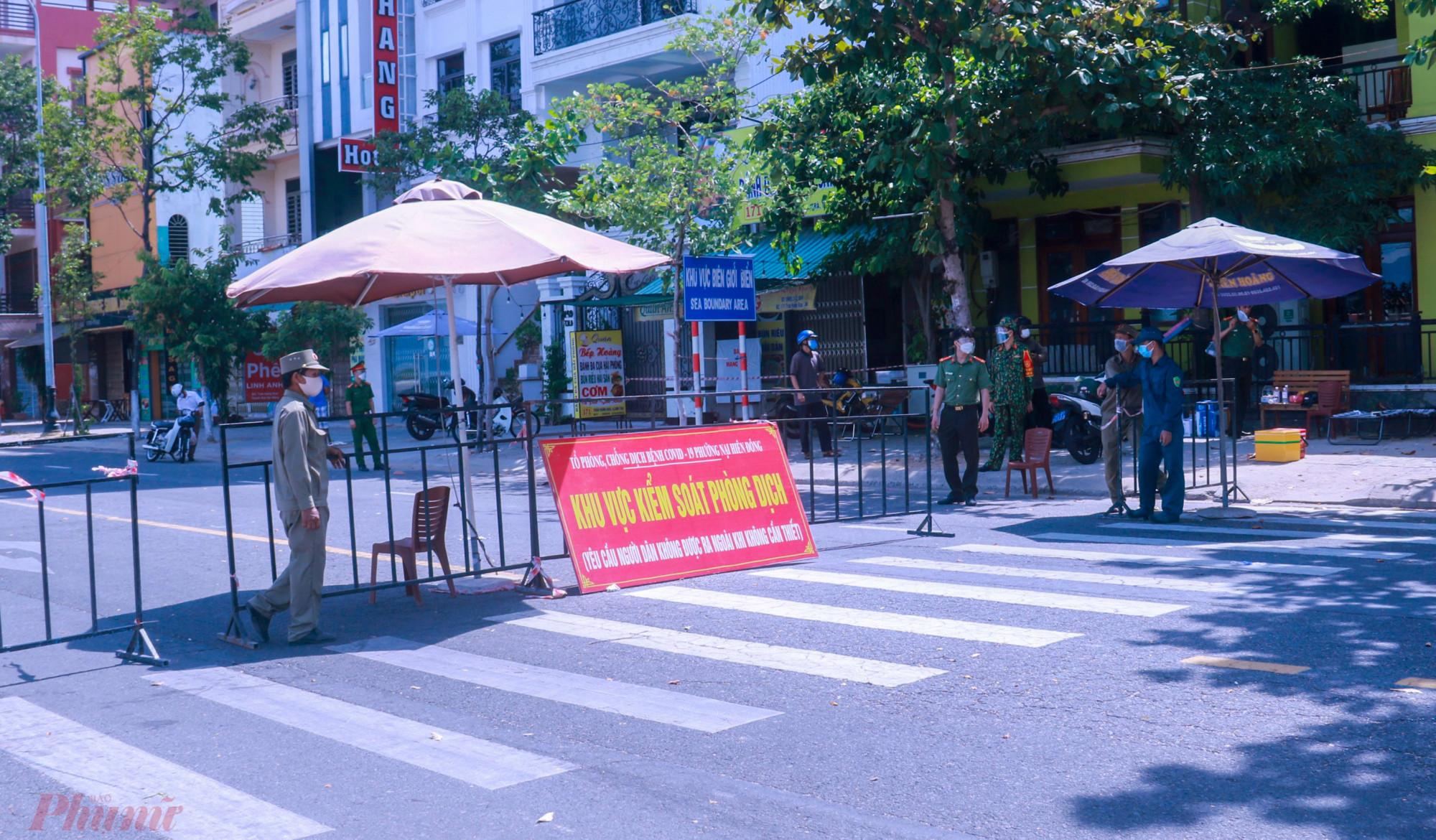 Các tuyến đường được chốt chặn kiểm soát kỹ người ra đường