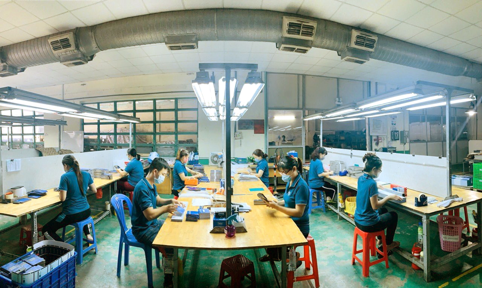 """Các doanh nghiệp sản xuất theo mô hình """"ba tại chỗ"""" đang gặp rất nhiều khó khăn (Công ty 3D Hub Global tổ chức cho công nhân ăn nghỉ, làm việc tại công ty) - Ảnh: N.CẨM"""
