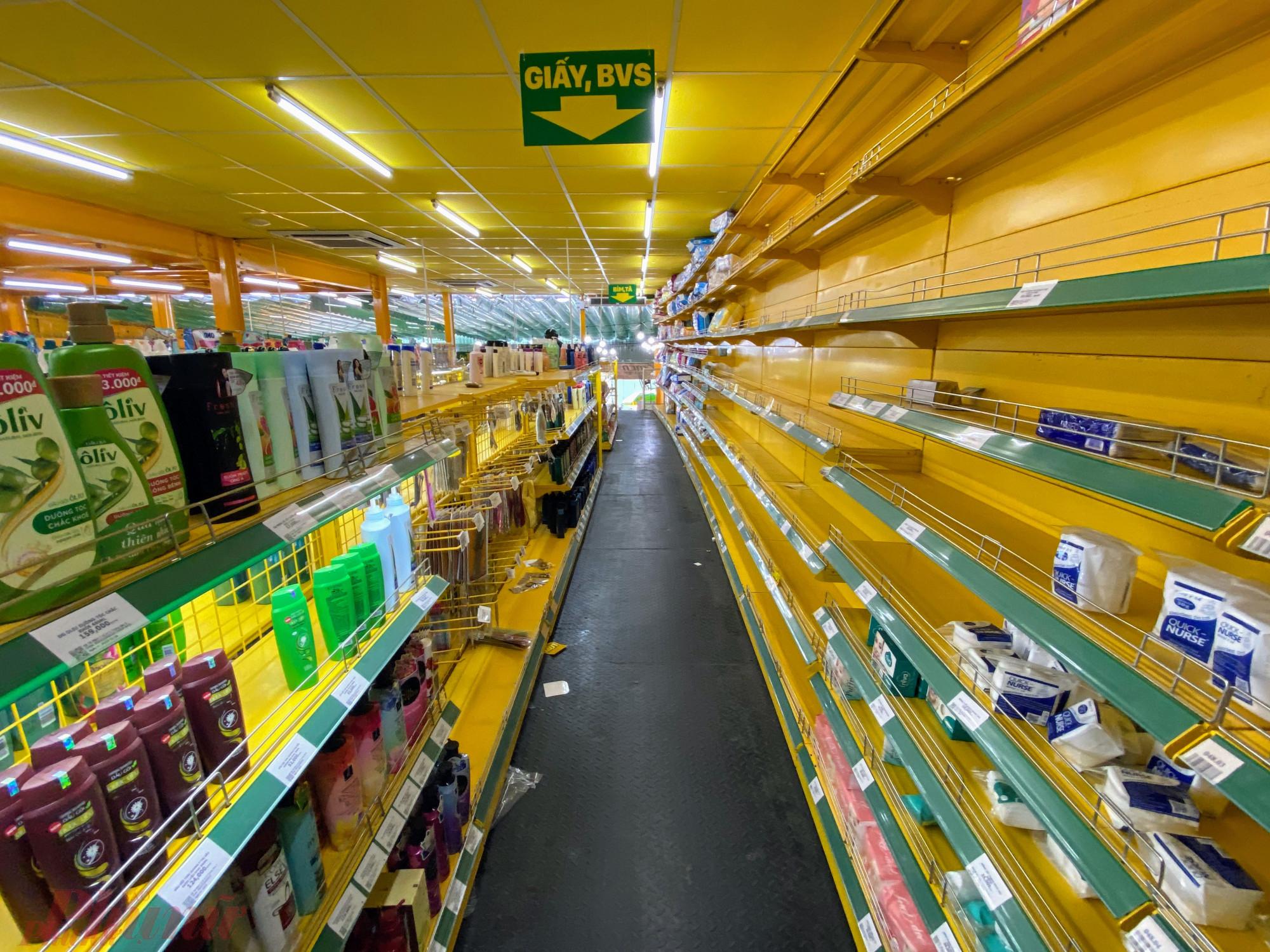 Tình trạng thiết hụt hàng hóa diễn ra cục bộ tại nhiều cửa hàng ngày càng nhiều hơn. Ảnh: Quốc Thái