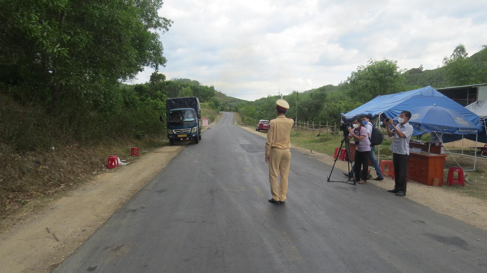 Chốt kiểm soát phòng chống dịch bệnh COVID-19 trên tuyến quốc lộ 19C giáp ranh tỉnh Phú Yên, Bình Định