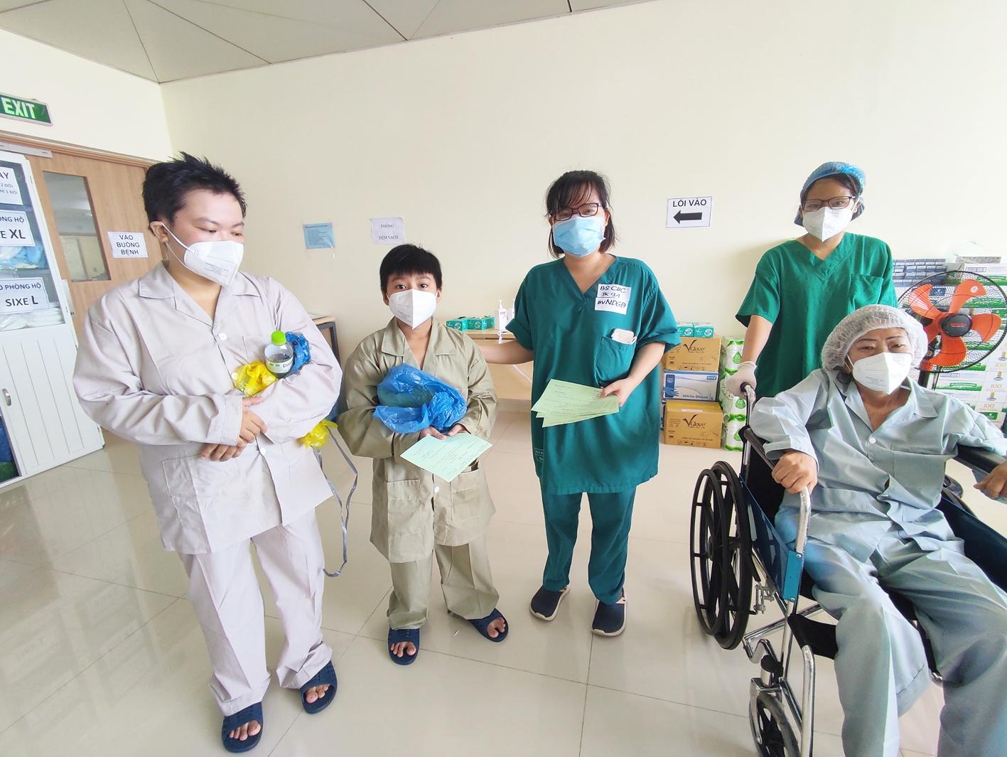 Ngô Hoàng Yến (bìa trái) được xuất viện vào sáng 1/8 từ Bệnh viện Hồi sức COVID-19 TP.HCM