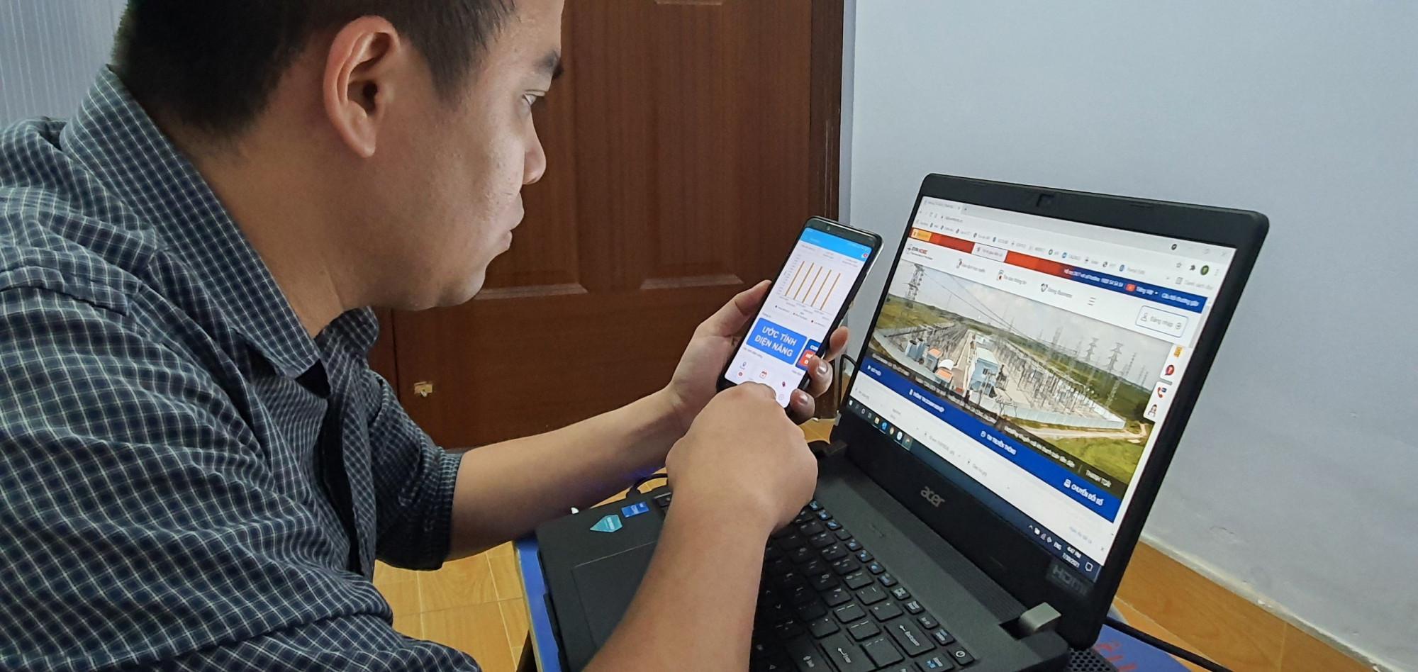 Khách hàng sử dụng điện TPHCM theo dõi lượng điện hàng ngày qua ứng dụng EVNHCMC CSKH trên thiết bị di động và trên trang web của TCT điện lực TPHCM - Ảnh: EVNHCMC