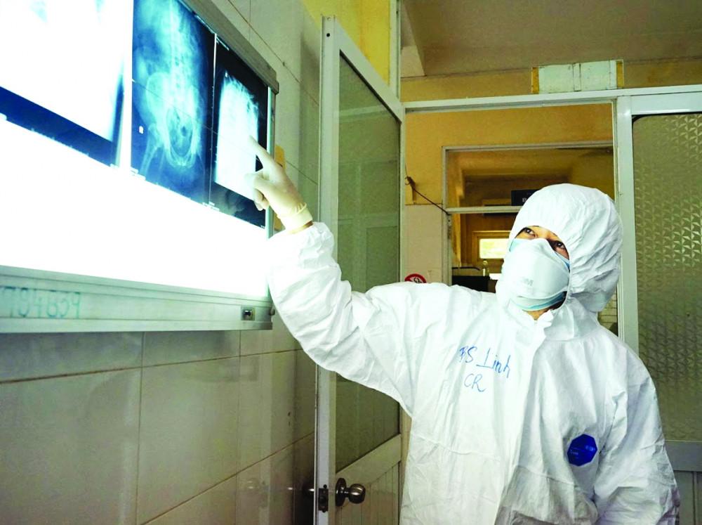 Bác sĩ Trần Thanh Linh - bác sĩ 91 điều trị cho một bệnh nhân nặng tại Bệnh viện Phổi Đà Nẵng
