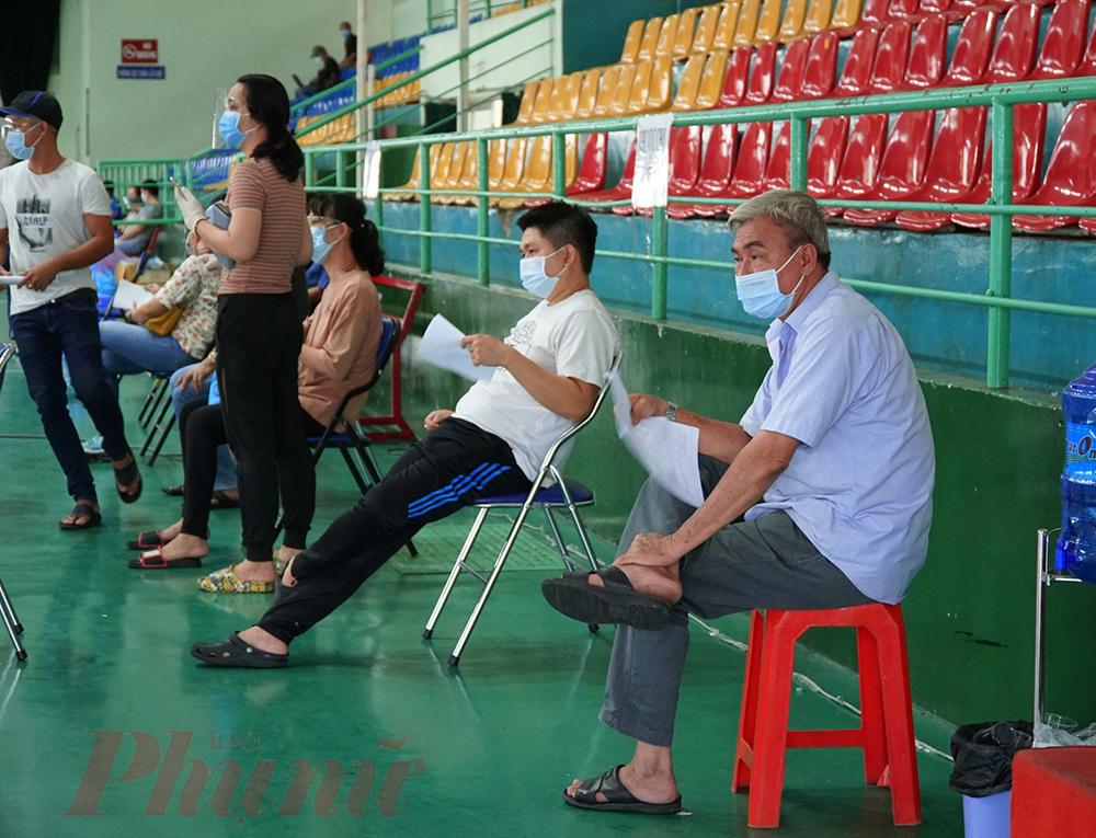 Người dân đợi tiêm vắc xin tại Nhà thi đấu Lãnh Binh Thăng, quận 11, ảnh Tam Nguyên