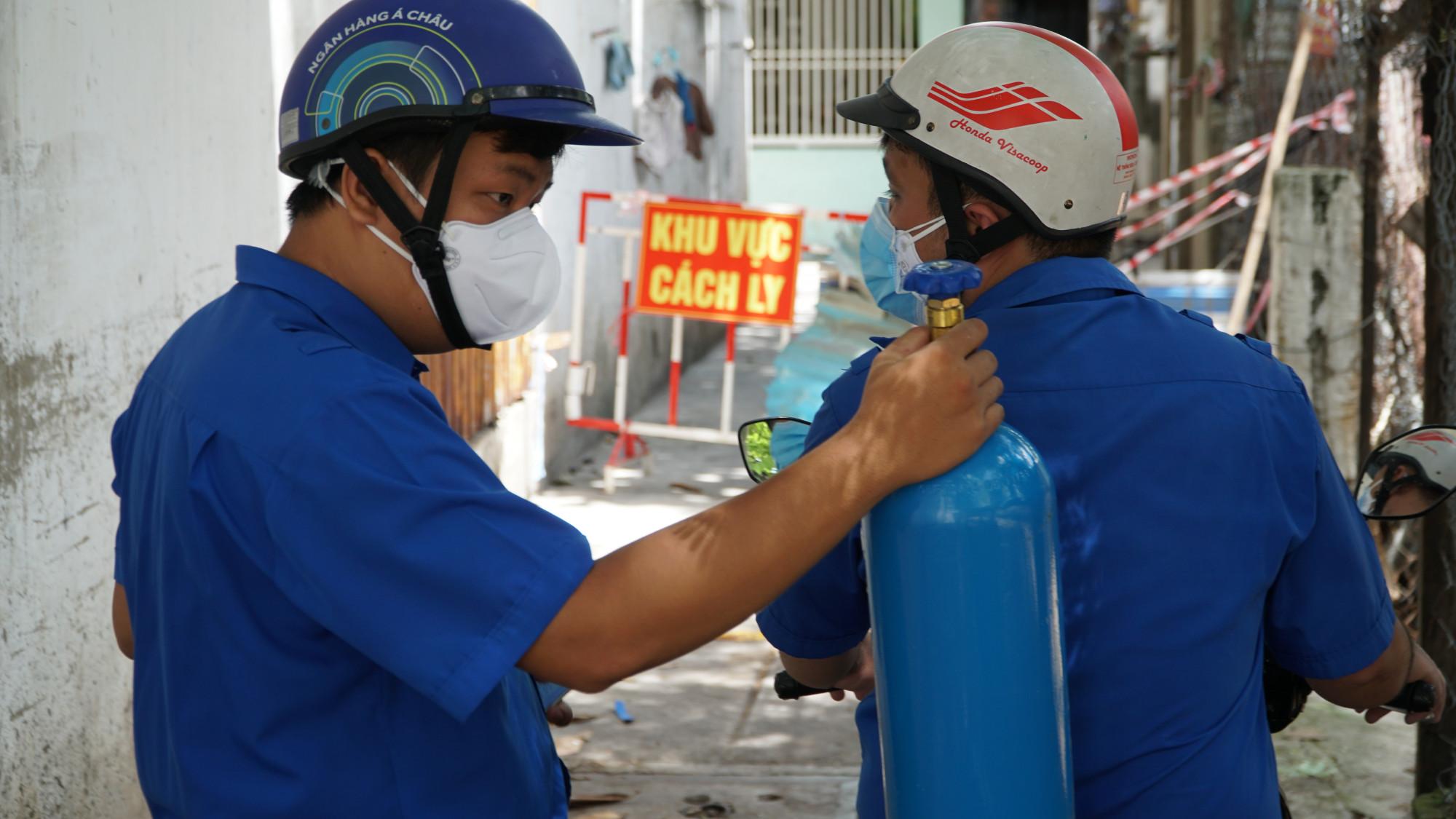 Các đoàn viên sẽ vận chuyển Oxy vào tận nhà cho các  F0, F1 đang thực hiện cách ly tại nhà không thể đem bình oxy đi đổi.