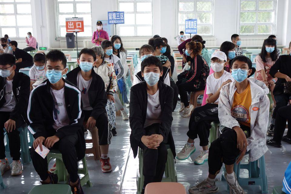Trẻ em từ 12-14 tuổi chờ tiêm vắc xin COVID-19 tại một địa điểm tiêm chủng ở thành phố Hắc Hà, tỉnh Hắc Long Giang, Trung Quốc. Ảnh chụp ngày 3/8/2021 - Ảnh: Reuters/China Daily