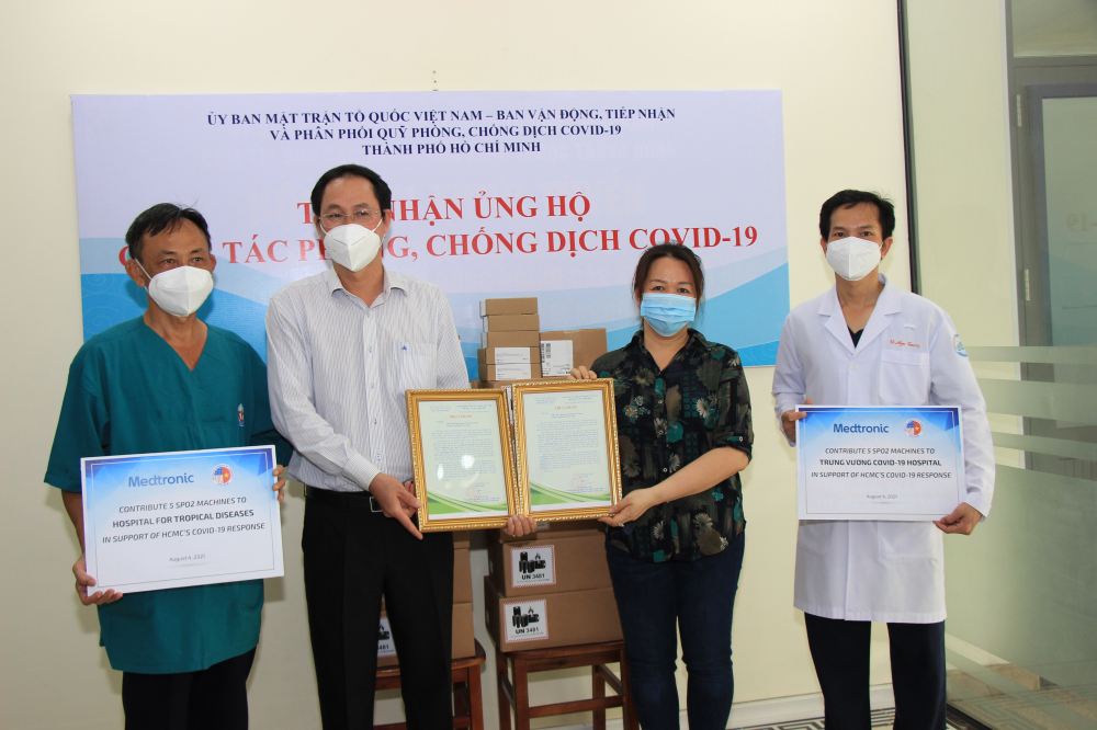 tiếp nhận 10 máy đo bảo hòa oxy để bàn với tổng trị giá 420 triệu đồng do Hiệp hội Thương mại Mỹ tại Việt Nam (AmCham Việt Nam)